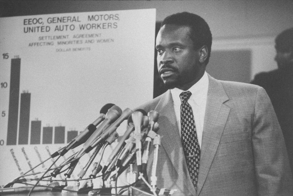 EEOC chmn.  Clarence Thomas s'exprimant après le règlement entre GM, l'EEOC et l'UAW.  (Photo par Diana Walker // La collection LIFE Images via Getty Images)