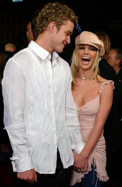 Britney Spears et son ancien petit ami et collègue popstar, le chanteur Justin Timberlake, montrés ici en 2002